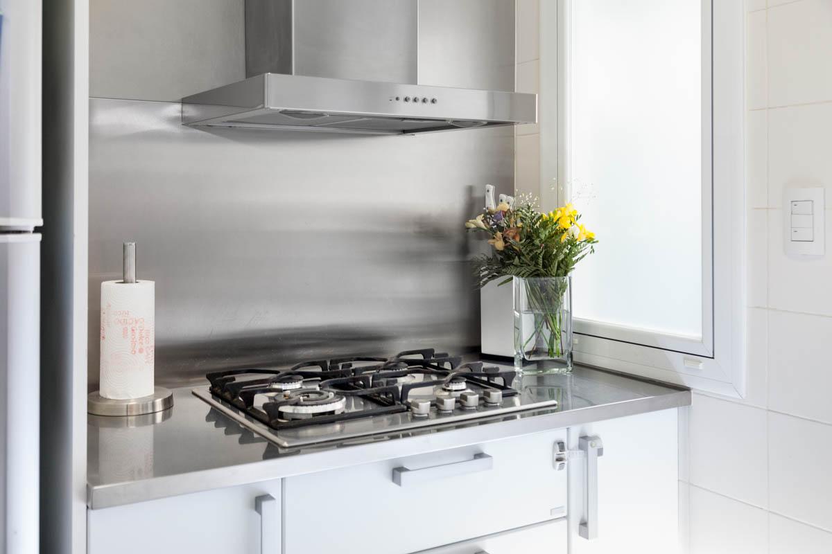 Foto decoración  de cocina con acero inoxidable, DVH, carpintería de PVC, extractor